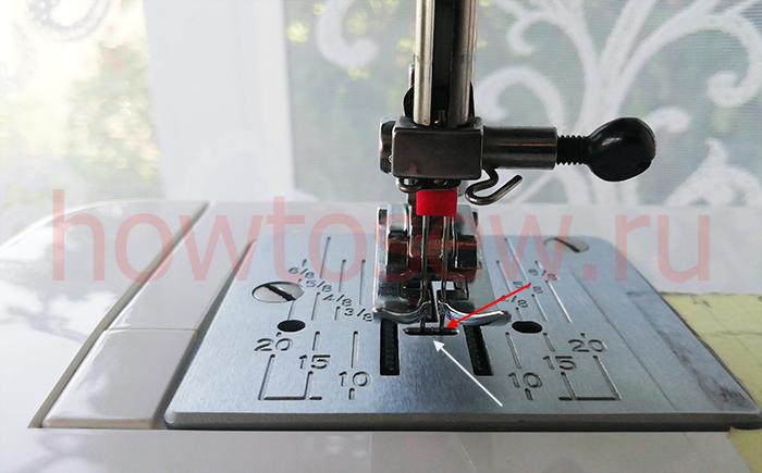 Двойная игла в отверстии плашки швейной машины Janome